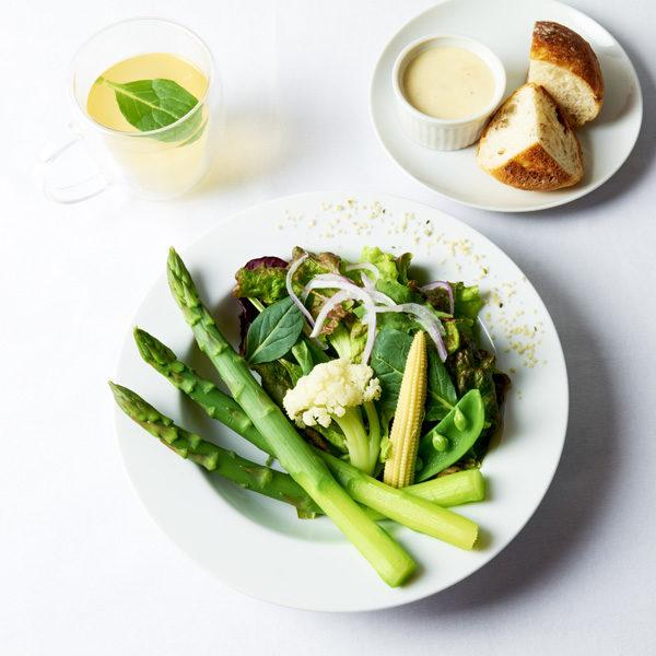 アスパラガスと季節野菜の贅沢サラダ